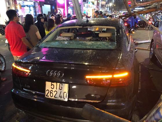 Giàn giáo đổ sập đè 2 ô tô giữa trung tâm TPHCM, nhiều người thoát chết ảnh 6