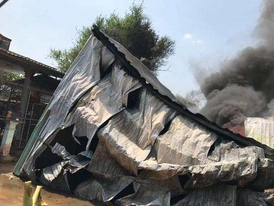 Cháy nổ ở xưởng phế phế liệu trong khu dân cư, khói bốc cao hàng trăm mét ảnh 2