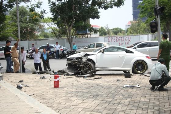 Tài xế xe Audi thoát chết sau va chạm ở quận 7 ảnh 2