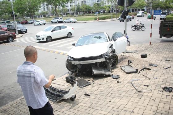 Tài xế xe Audi thoát chết sau va chạm ở quận 7 ảnh 1