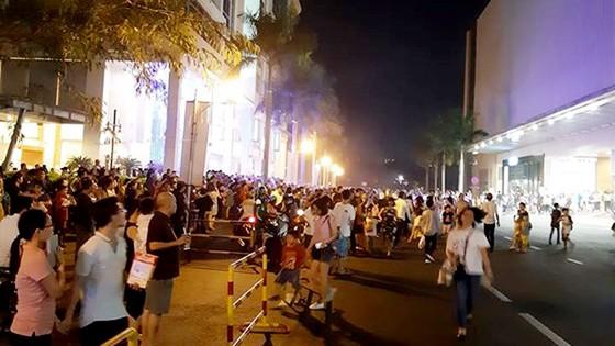Nghe chuông báo cháy ở trung tâm thương mại Crescent Mall, hàng ngàn người tháo chạy tán loạn ảnh 1