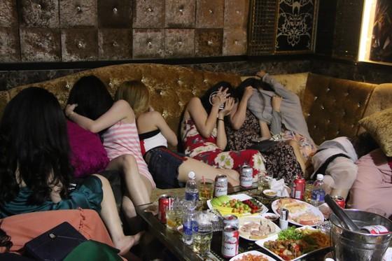 Kiểm tra 2 nhà hàng ở trung tâm phát hiện 70 nữ tiếp viên hở hang  ảnh 5