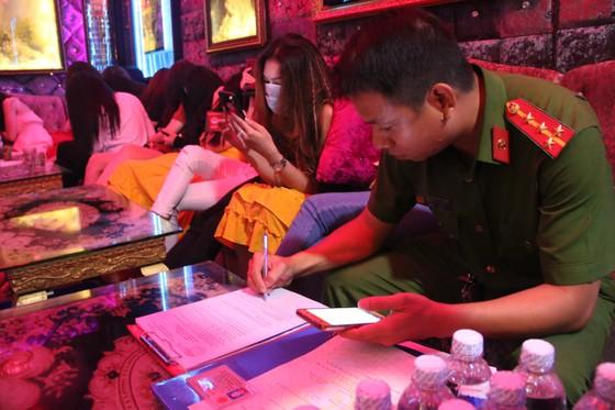 Kiểm tra 2 nhà hàng ở trung tâm phát hiện 70 nữ tiếp viên hở hang  ảnh 7