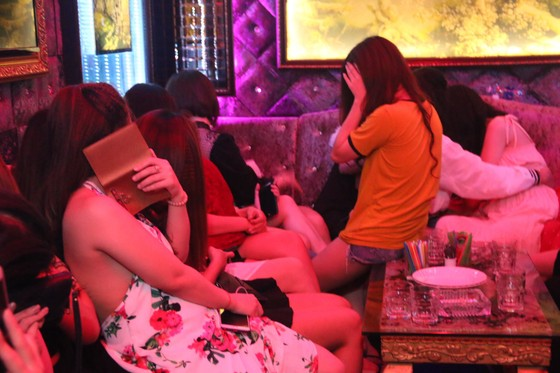 Kiểm tra 2 nhà hàng ở trung tâm phát hiện 70 nữ tiếp viên hở hang  ảnh 8