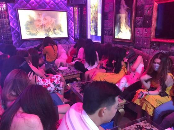 Kiểm tra 2 nhà hàng ở trung tâm phát hiện 70 nữ tiếp viên hở hang  ảnh 9