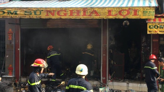 Cháy lớn tại cửa hàng đồ gốm sứ quận 10, nhiều người hoảng sợ ảnh 4