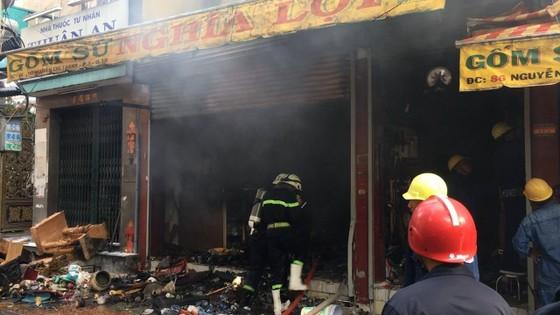 Cháy lớn tại cửa hàng đồ gốm sứ quận 10, nhiều người hoảng sợ ảnh 7