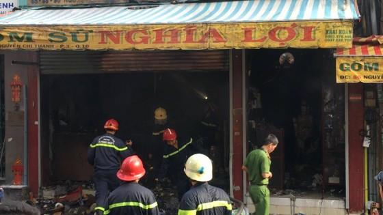 Cháy lớn tại cửa hàng đồ gốm sứ quận 10, nhiều người hoảng sợ ảnh 8