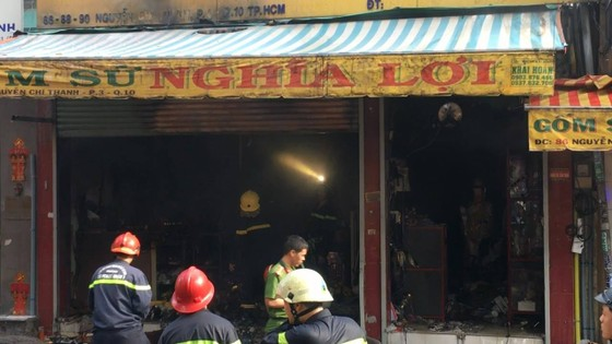 Cháy lớn tại cửa hàng đồ gốm sứ quận 10, nhiều người hoảng sợ ảnh 10