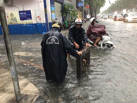 Cửa ngõ sân bay Tân Sơn Nhất rối loạn do ngập nước kết hợp với kẹt xe ảnh 7