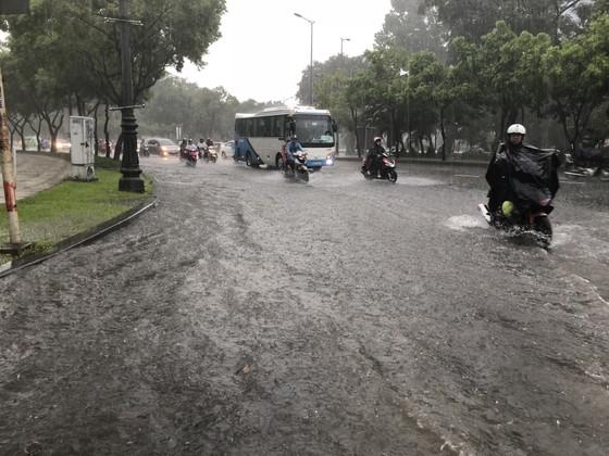 Cửa ngõ sân bay Tân Sơn Nhất rối loạn do ngập nước kết hợp với kẹt xe ảnh 2