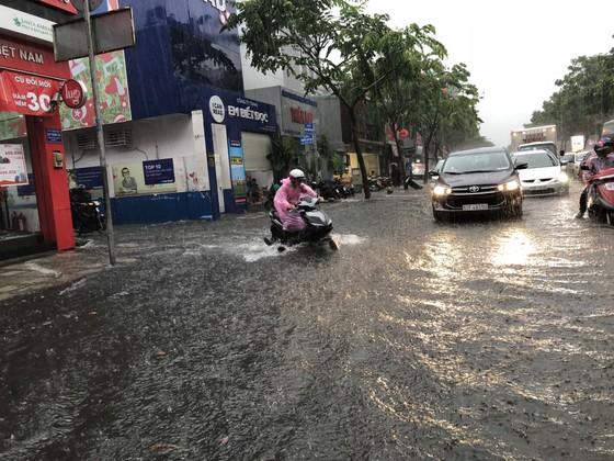 Cửa ngõ sân bay Tân Sơn Nhất rối loạn do ngập nước kết hợp với kẹt xe ảnh 1