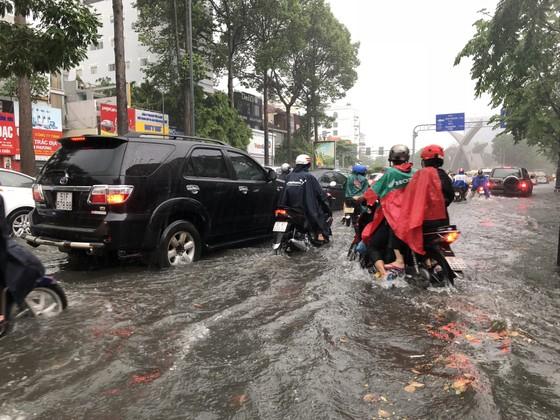 Cửa ngõ sân bay Tân Sơn Nhất rối loạn do ngập nước kết hợp với kẹt xe ảnh 4