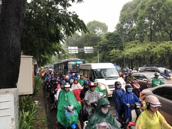 Cửa ngõ sân bay Tân Sơn Nhất rối loạn do ngập nước kết hợp với kẹt xe ảnh 10