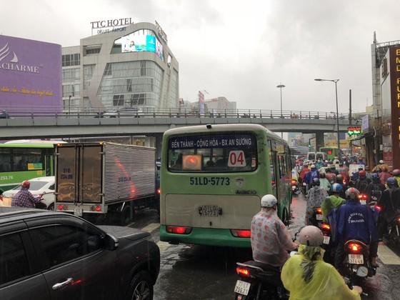 Cửa ngõ sân bay Tân Sơn Nhất rối loạn do ngập nước kết hợp với kẹt xe ảnh 12