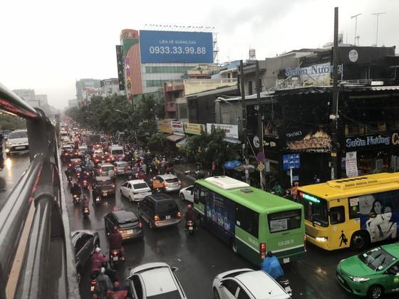 Cửa ngõ sân bay Tân Sơn Nhất rối loạn do ngập nước kết hợp với kẹt xe ảnh 15