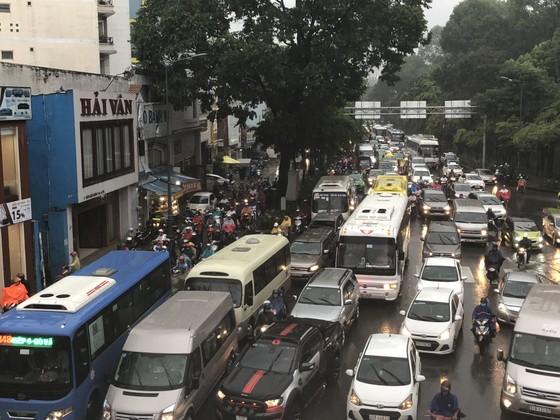 Cửa ngõ sân bay Tân Sơn Nhất rối loạn do ngập nước kết hợp với kẹt xe ảnh 14