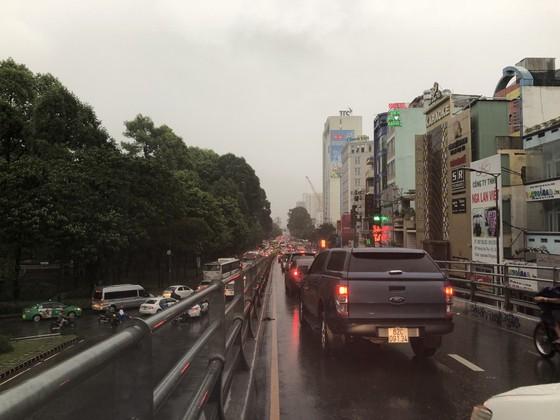 Cửa ngõ sân bay Tân Sơn Nhất rối loạn do ngập nước kết hợp với kẹt xe ảnh 16