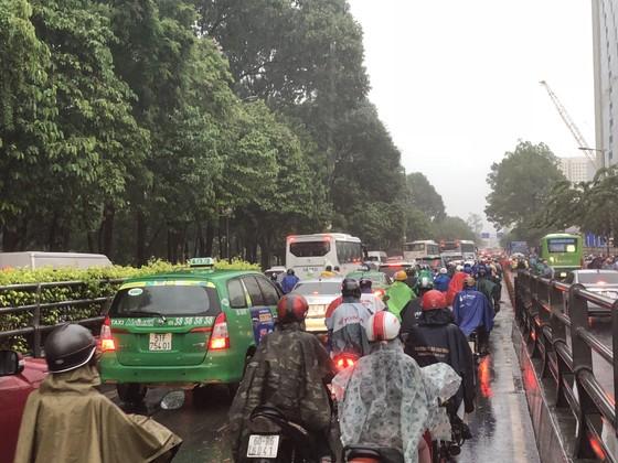 Cửa ngõ sân bay Tân Sơn Nhất rối loạn do ngập nước kết hợp với kẹt xe ảnh 17
