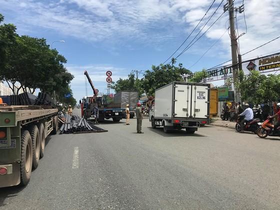 Xe container mất đầu sau cú phanh gấp, tài xế mắc kẹt kêu cứu, quốc lộ 1A ùn ứ kéo dài ảnh 3