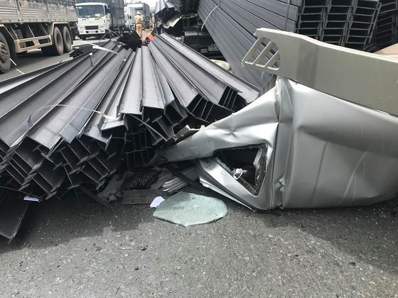 Xe container mất đầu sau cú phanh gấp, tài xế mắc kẹt kêu cứu, quốc lộ 1A ùn ứ kéo dài ảnh 2