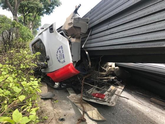 Xe container mất đầu sau cú phanh gấp, tài xế mắc kẹt kêu cứu, quốc lộ 1A ùn ứ kéo dài ảnh 6