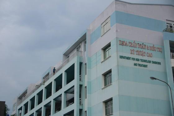 Giải cứu thanh niên dọa nhảy lầu ở Bệnh viện Trưng Vương ảnh 2