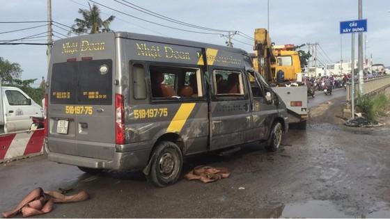 Gần 10 hành khách bị thương mắc kẹt kêu cứu trong xe khách bị lật ở quận 9 ảnh 1