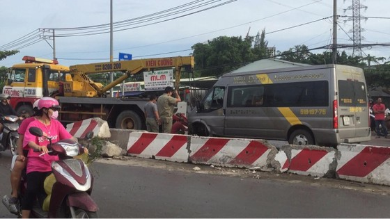 Gần 10 hành khách bị thương mắc kẹt kêu cứu trong xe khách bị lật ở quận 9 ảnh 4