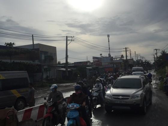 Gần 10 hành khách bị thương mắc kẹt kêu cứu trong xe khách bị lật ở quận 9 ảnh 3