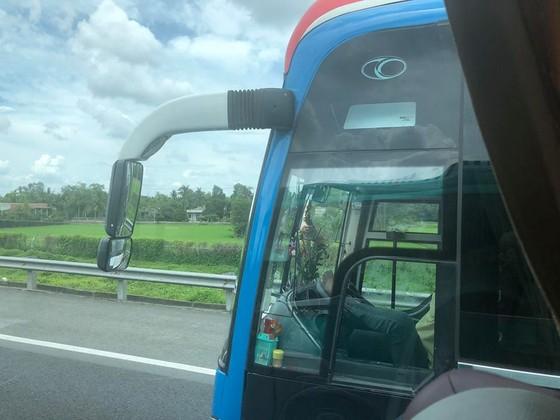 Xôn xao clip tài xế lái xe bằng chân trên cao tốc Trung Lương ảnh 2