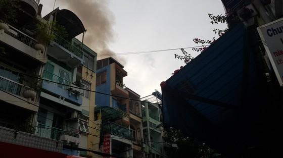 Căn nhà 4 tầng bốc cháy dữ dội, nhiều nhân viên chạy tán loạn ảnh 1