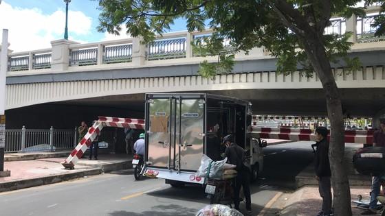 Xe tải kéo ngã thanh barie dưới cầu Bông, giao thông ùn ứ ảnh 2