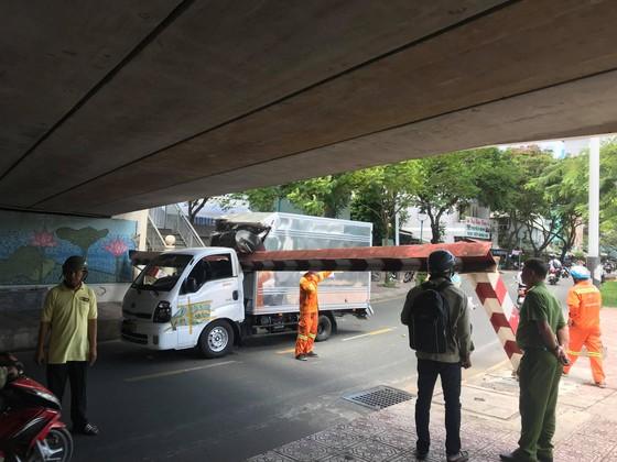 Xe tải kéo ngã thanh barie dưới cầu Bông, giao thông ùn ứ ảnh 4