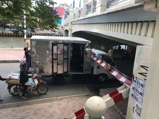 Xe tải kéo ngã thanh barie dưới cầu Bông, giao thông ùn ứ ảnh 6