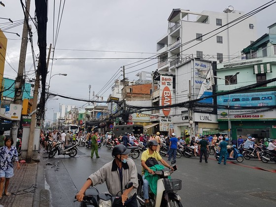 Cháy gần chợ Hòa Hưng quận 10, nhiều người hoảng sợ ảnh 14