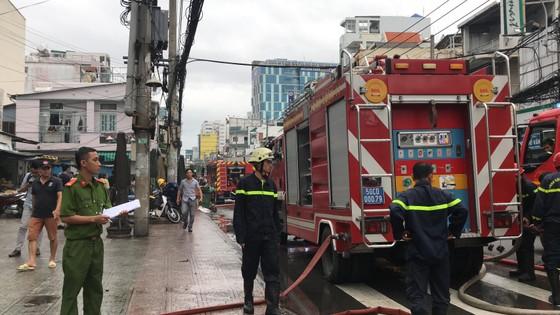 Cháy gần chợ Hòa Hưng quận 10, nhiều người hoảng sợ ảnh 2