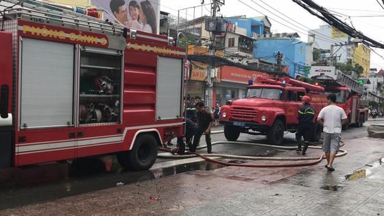 Cháy gần chợ Hòa Hưng quận 10, nhiều người hoảng sợ ảnh 13
