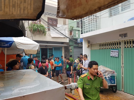 Cháy gần chợ Hòa Hưng quận 10, nhiều người hoảng sợ ảnh 4