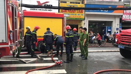 Cháy gần chợ Hòa Hưng quận 10, nhiều người hoảng sợ ảnh 12