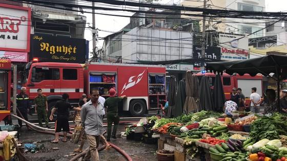 Cháy gần chợ Hòa Hưng quận 10, nhiều người hoảng sợ ảnh 11