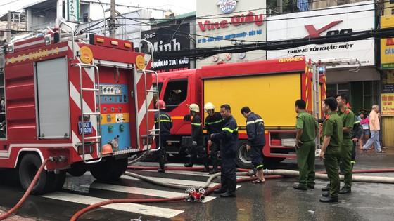 Cháy gần chợ Hòa Hưng quận 10, nhiều người hoảng sợ ảnh 10