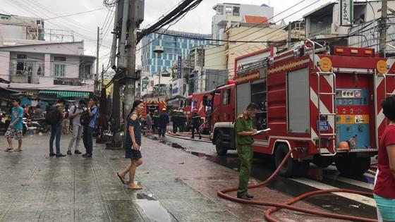 Cháy gần chợ Hòa Hưng quận 10, nhiều người hoảng sợ ảnh 9