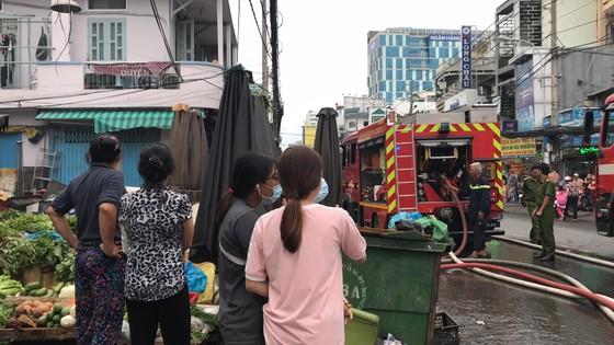 Cháy gần chợ Hòa Hưng quận 10, nhiều người hoảng sợ ảnh 7
