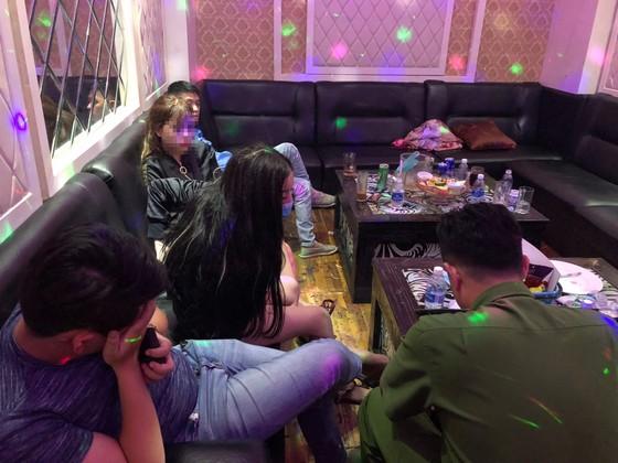 Kiểm tra quán karaoke ở quận 5, phát hiện 16 người nghi sử dụng ma tuý ảnh 4