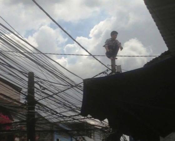 Giải cứu nam thanh niên nghi ngáo đá leo lên cột điện la hét ở quận Thủ Đức ảnh 1