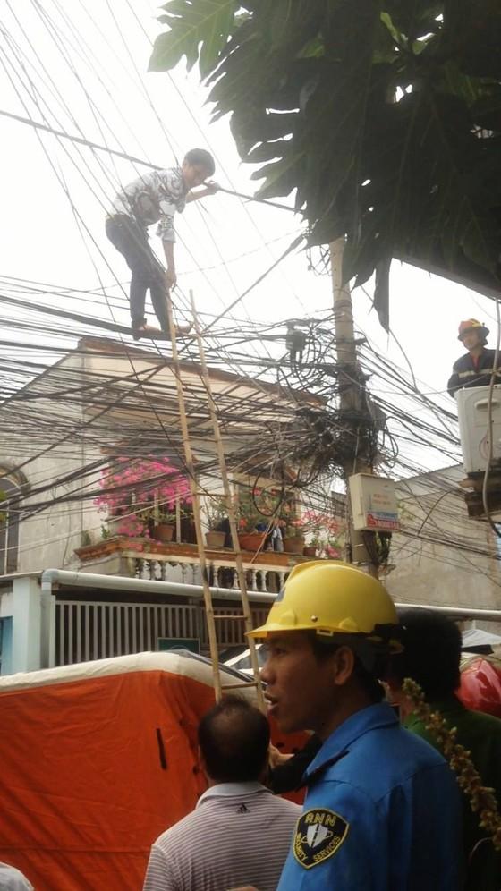 Giải cứu nam thanh niên nghi ngáo đá leo lên cột điện la hét ở quận Thủ Đức ảnh 9