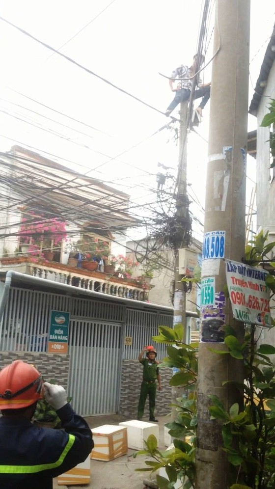 Giải cứu nam thanh niên nghi ngáo đá leo lên cột điện la hét ở quận Thủ Đức ảnh 8