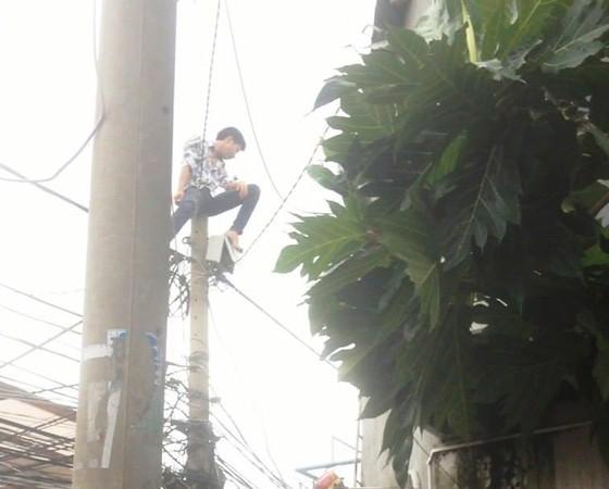 Giải cứu nam thanh niên nghi ngáo đá leo lên cột điện la hét ở quận Thủ Đức ảnh 3