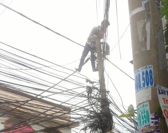 Giải cứu nam thanh niên nghi ngáo đá leo lên cột điện la hét ở quận Thủ Đức ảnh 4